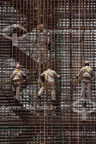 Assunto: Homens armadores trabalhando com vergalhões no quarto Grupo de Geração (GG4) - Usina Hidrelétrica Santo Antônio, Consórcio Santo Antônio Civil (CSAC) / Local: Porto Velho - Rondônia (RO) - Brasil / Data: 11/2013