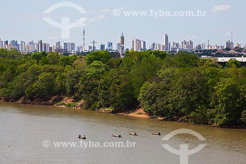 Assunto: Canoas de pescadores no Rio Cuiabá com cidade ao fundo / Local: Cuiabá - Mato Grosso (MT) - Brasil / Data: 10/2013