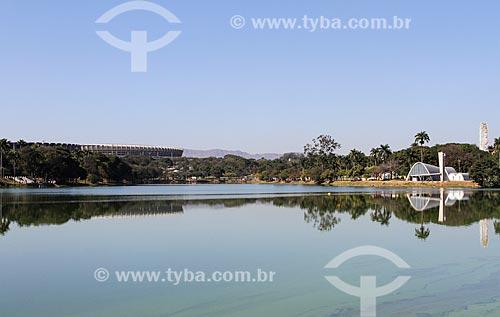 Vista geral da Lagoa da Pampulha com o Estádio Governador Magalhães Pinto (1965) - também conhecido como Mineirão - à esquerda - e a Igreja São Francisco de Assis (1943) - também conhecida como Igreja da Pampulha - à direita  - Belo Horizonte - Minas Gerais - Brasil
