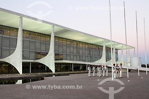 Assunto: Soldados do Batalhão da Guarda Presidencial - também conhecido como Batalhão Duque de Caxias - realizando a arriação da bandeira no Palácio do Planalto / Local: Brasília - Distrito Federal (DF) - Brasil / Data: 08/2013