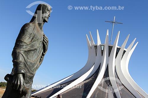 Assunto: Escultura Os evangelistas - Lucas - com a Catedral Metropolitana de Nossa Senhora Aparecida (1958) - também conhecida como Catedral de Brasília - ao fundo / Local: Brasília - Distrito Federal (DF) - Brasil / Data: 08/2013