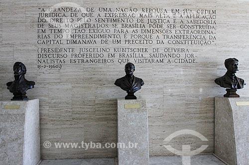 Bustos de Dom Pedro I, Barão do Rio Branco e de Joaquim Nabuco (da esquerda para a direita) no hall do Supremo Tribunal Federal - sede do Poder Judiciário - com trecho de um discurso do Juscelino Kubitschek ao fundo  - Brasília - Distrito Federal - Brasil