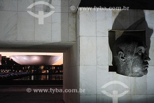 Assunto: Escultura da Cabeça de JK em frente ao Museu da Cidade (1960) com trecho da Câmara dos Deputados ao fundo / Local: Brasília - Distrito Federal (DF) - Brasil / Data: 08/2013