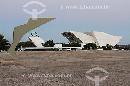 Assunto: Marco Brasília Patrimônio Cultural da Humanidade (1988) com a Pira da Pátria e o Panteão da Pátria e da Liberdade Tancredo Neves ao fundo / Local: Brasília - Distrito Federal (DF) - Brasil / Data: 08/2013