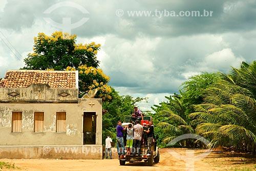 Assunto: Homens carregando Toyota Bandeirante / Local: Brejo da Madre de Deus - Pernambuco (PE) - Brasil / Data: 01/2014