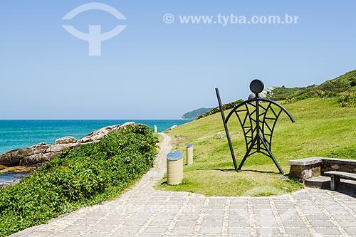 Assunto: Escultura metálica que representa os antigos habitantes no costão que separa a Praia do Santinho da Praia do Moçambique / Local: Florianópolis - Santa Catarina (SC) - Brasil / Data: 12/2013