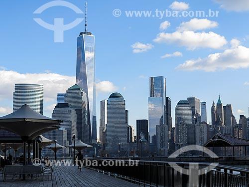 Vista de Manhattan com o One World Trade Center (World Trade Center 1) - construído onde ficavam as Torres Gêmeas destruídas após os ataques terroristas de 11 de setembro de 2001  - Estados Unidos