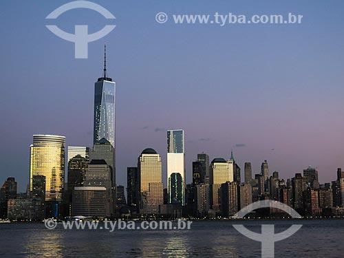 Vista de Manhattan ao entardecer com o One World Trade Center (World Trade Center 1) - construído onde ficavam as Torres Gêmeas destruídas após os ataques terroristas de 11 de setembro de 2001  - Estados Unidos