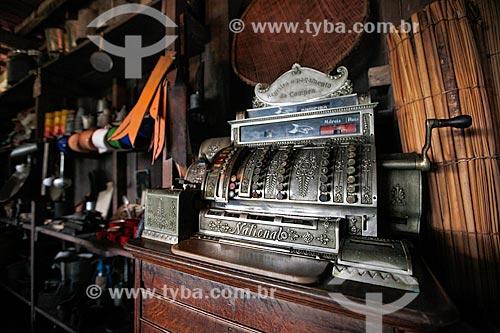 Caixa registradora no interior do barracão de aviamento do Museu do Seringal Vila Paraíso (2000) - construído especialmente para o filme