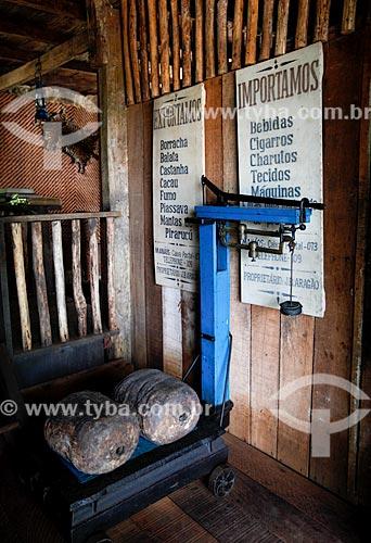 Interior do barracão de armazenamento das pélas de borracha do Museu do Seringal Vila Paraíso (2000) - construído especialmente para o filme