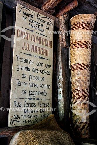Cartaz no barracão de aviamento do Museu do Seringal Vila Paraíso (2000) - construído especialmente para o filme