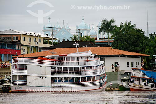 Assunto: Barco no porto com a Igreja Matriz de Santo Antonio de Pádua ao fundo / Local: Borba - Amazonas (AM) - Brasil / Data: 03/2012