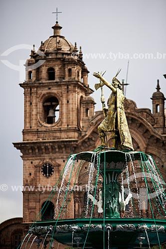 Assunto: Chafariz com o El Monumento a Pachacútec (Monumento à Pachacuti) - importante governante Inca - com a Iglesia de la Compañía de Jesús (Igreja da Companhia de Jesus) ao fundo / Local: Cusco - Peru - América do Sul / Data: 12/2011