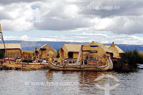 Assunto: Ilhas de Uros - ilhas feitas com a fibra da totora (Scirpus californicus) - com Barco de Totora / Local: Puno - Peru - América do Sul / Data: 01/2012