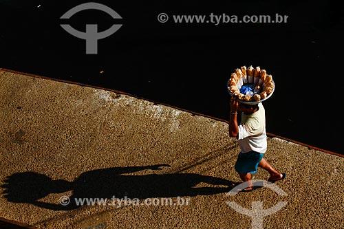 Assunto: Homem carregando bacia com banana frita - tiras de banana pacovã fritas e salgada / Local: Manaus - Amazonas (AM) - Brasil / Data: 09/2013