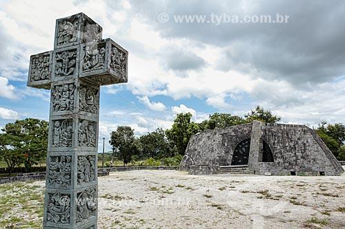 Assunto: Cruz com a Capela do Menino Jesus - também conhecida como Igreja de Pedra - ao fundo / Local: Itapetinga - Bahia (BA) - Brasil / Data: 01/2014