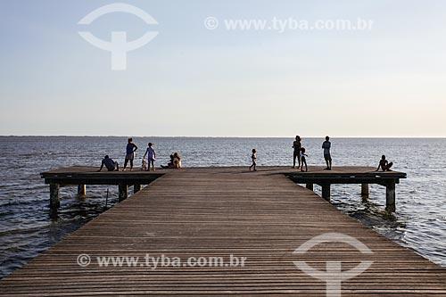 Assunto: Família em píer na Praia da Brisa / Local: Guaratiba - Rio de Janeiro (RJ) - Brasil / Data: 02/2014
