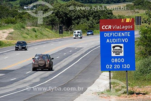 Assunto: Placa sinalizando telefone para deficiente auditivo no Km 31 direção sul na Rodovia RJ-124 (Via Lagos) / Local: Rio de Janeiro (RJ) - Brasil / Data: 12/2013