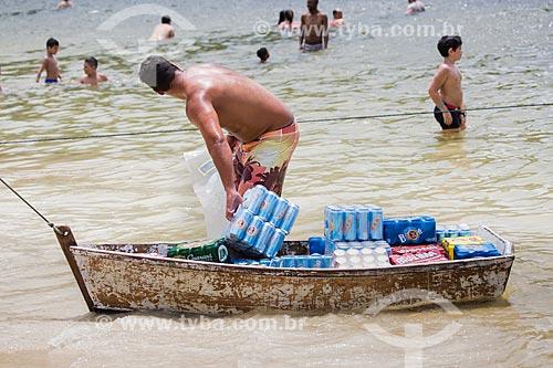 Assunto: Canoa transportando cerveja na Praia do Forno / Local: Arraial do Cabo - Rio de Janeiro (RJ) - Brasil / Data: 01/2014