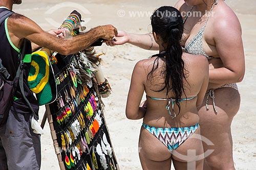 Assunto: Vendedor ambulante vendendo bijuterias na Praia do Forno / Local: Arraial do Cabo - Rio de Janeiro (RJ) - Brasil / Data: 01/2014
