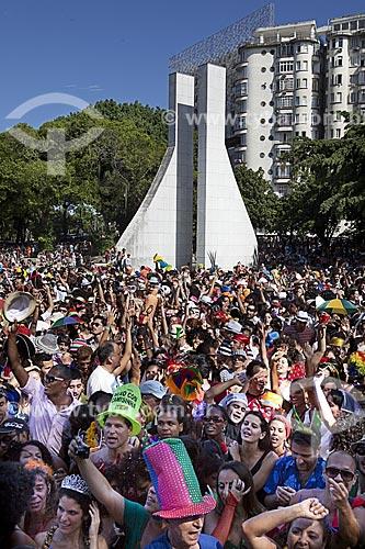 Assunto: Bloco de carnaval de rua Sassaricando na Praça Luís de Camões com o Memorial Getúlio Vargas (2004) / Local: Glória - Rio de Janeiro (RJ) - Brasil / Data: 02/2012