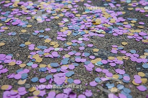 Assunto: Confetes durante o desfile do bloco de carnaval de rua Xupa mas não baba / Local: Laranjeiras - Rio de Janeiro (RJ) - Brasil / Data: 02/2012