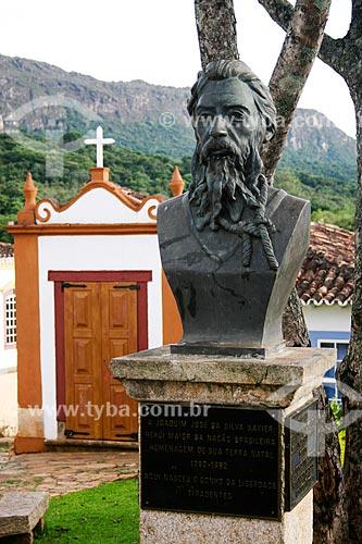 Assunto: Busto de Joaquim José da Silva Xavier com Capela dos Passos da Paixão ao fundo / Local: Tiradentes - Minas Gerais - Brasil  / Data: 12/2007