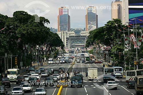 Tráfego na Avenida Bolivar com Torres Gêmas do Silêncio ao fundo