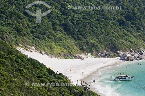 Assunto: Barco e banhistas na Prainha do Pontal do Atalaia / Local: Arraial do Cabo - Rio de Janeiro (RJ) - Brasil / Data: 01/2014