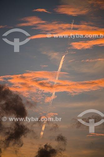 Assunto: Nuvens no céu durante pôr do sol com trilha de condensação de avião / Local: Arraial do Cabo - Rio de Janeiro (RJ) - Brasil / Data: 01/2014