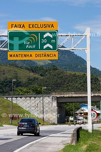 Assunto: Placa indicando a altura máxima para passagem de veículos no KM 20 - direção sul - da Rodovia RJ-124 (Via Lagos) / Local: Rio de Janeiro (RJ) - Brasil / Data: 12/2013