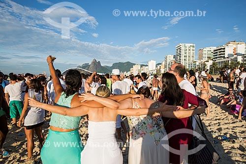 Assunto: Festa de ano novo promovida pelo artista Ernesto Neto no Posto 8 com o Morro Dois Irmãos ao fundo / Local: Ipanema - Rio de Janeiro (RJ) - Brasil / Data: 01/2014