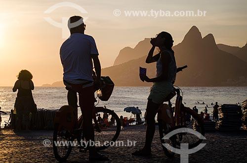 Assunto: Casal durante o pôr do sol na Praia do Arpoador com o Morro Dois Irmãos a a Pedra da Gávea ao fundo / Local: Ipanema - Rio de Janeiro (RJ) - Brasil / Data: 01/2014