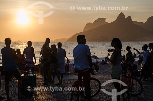 Assunto: Pessoas na Praia do Arpoador durante o pôr do sol com o Morro Dois Irmãos a a Pedra da Gávea ao fundo / Local: Ipanema - Rio de Janeiro (RJ) - Brasil / Data: 01/2014