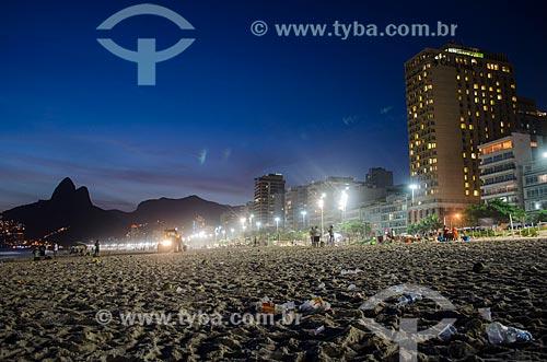 Assunto: Lixo na Praia de Ipanema - próximo à Rua Maria Quitéria - com o Morro Dois Irmãos ao fundo / Local: Ipanema - Rio de Janeiro (RJ) - Brasil / Data: 01/2014