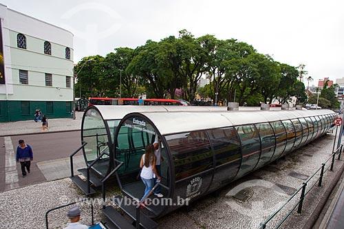 Assunto: Estação tubular de ônibus articulados - também conhecido como Estação Tubo - na Avenida Sete de Setembro / Local: Curitiba - Paraná (PR) - Brasil / Data: 12/2013