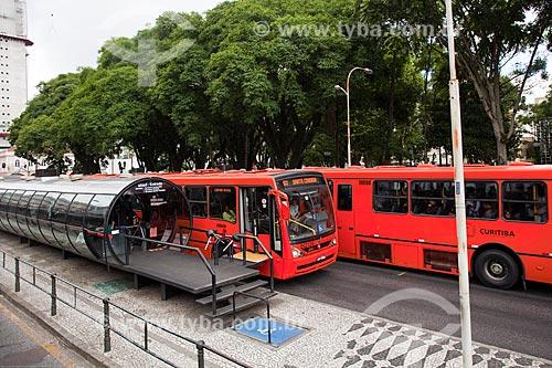 Assunto: Estação tubular de ônibus articulados - também conhecido como Estação Tubo - na Avenida Sete de Setembro com a Praça Eufrásio Correia ao fundo / Local: Curitiba - Paraná (PR) - Brasil / Data: 12/2013