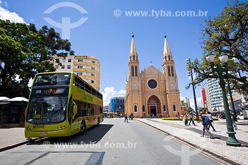 Assunto: Ônibus turístico estacionado na Praça Tiradentes com a Catedral Metropolitana de Curitiba (1893) - Catedral Basílica Menor Nossa Senhora da Luz - ao fundo / Local: Centro - Curitiba - Paraná (PR) - Brasil / Data: 12/2013