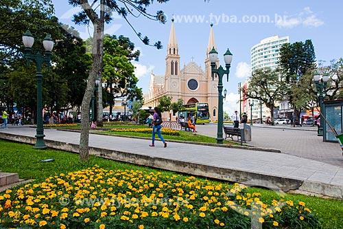 Assunto: Praça Tiradentes com a Catedral Metropolitana de Curitiba (1893) - Catedral Basílica Menor Nossa Senhora da Luz - ao fundo / Local: Centro - Curitiba - Paraná (PR) - Brasil / Data: 12/2013