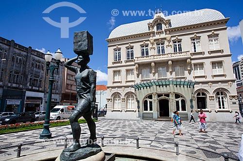 Assunto: Escultura Água Pro Morro (1944) na Praça Generoso Marques com o Paço Municipal (1916) - antiga sede da prefeitura de Curitiba, atual Museu Paranaense - ao fundo / Local: Centro - Curitiba - Paraná (PR) - Brasil / Data: 12/2013