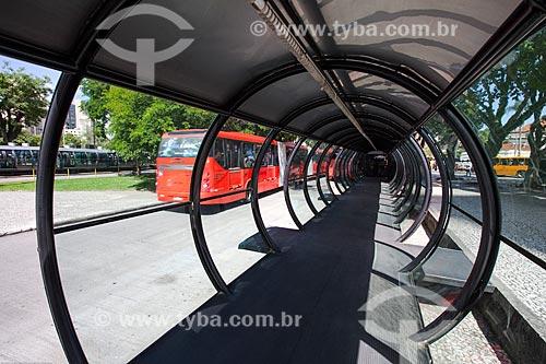 Assunto: Interior da estação tubular de ônibus articulados - também conhecido como Estação Tubo - na Praça Rui Barbosa / Local: Curitiba - Paraná (PR) - Brasil / Data: 12/2013