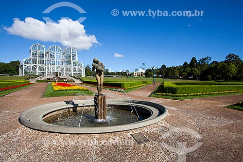 Assunto: Escultura Amor Materno no Jardim Botânico de Curitiba (Jardim Botânico Francisca Maria Garfunkel Rischbieter) com a estufa ao fundo / Local: Jardim Botânico - Curitiba - Paraná (PR) - Brasil / Data: 12/2013