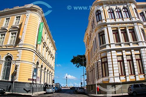 Assunto: Caixa Cultural Recife (1912) - à esquerda - Associação Comercial de Pernambuco - à direita - com o Parque das Escultura ao fundo / Local: Recife - Pernambuco (PE) - Brasil / Data: 11/2013