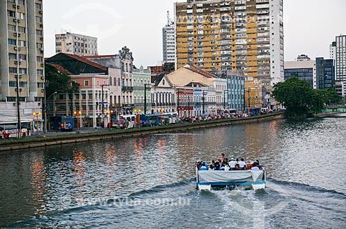 Assunto: Balsa com turistas no Rio Capibaribe com os casarios na Rua da Aurora ao fundo / Local: Recife - Pernambuco (PE) - Brasil / Data: 11/2013