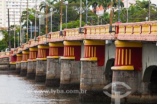 Assunto: Detalhe dos pilares da Ponte Buarque de Macedo (1882) / Local: Recife - Pernambuco (PE) - Brasil / Data: 11/2013