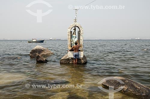 Assunto: Homem próximo da imagem de Nossa Senhora da Ajuda na Praia da Guanabara / Local: Ilha do Governador - Rio de Janeiro (RJ) - Brasil / Data: 09/2010