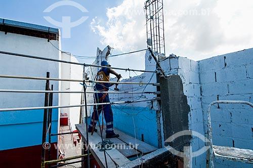Assunto: Pedreiro derrubando muro no Morro do Fogueteiro / Local: Santa Teresa - Rio de Janeiro (RJ) - Brasil / Data: 05/2011
