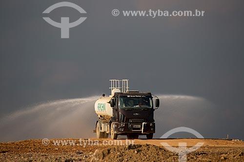 Assunto: CTR Grajaú - Centro de Tratamento de Resíduos de Construção Civil - caminhão molhando solo para evitar poeira / Local: Grajaú - São Paulo (SP) - Brasil / Data: 02/2014