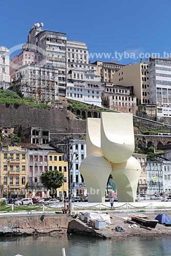 Assunto: Fonte da Rampa do Mercado (Escultura de Mário Cravo) com cidade alta ao fundo / Local: Salvador - Bahia (BA) - Brasil / Data: 02/2014