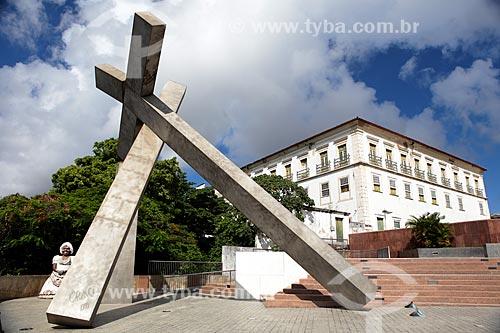 Assunto: Praça da Cruz Caída - Monumento Cruz caída (1999) de Mário Cravo com Palácio do Arcebispado de Salvador ao fundo / Local: Salvador - Bahia (BA) - Brasil / Data: 02/2014
